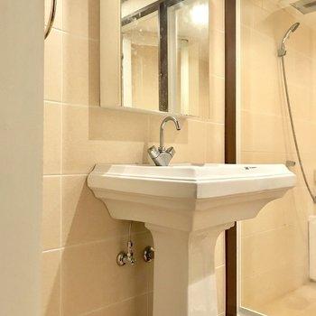 洗面台もホテルライクで清潔感があります。(※写真は6階の反転間取り別部屋、清掃前のものです)