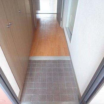 小ぶりで可愛い玄関。(※写真は6階の反転間取り別部屋のものです)