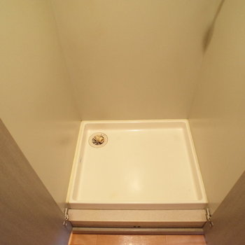 室内洗濯機置き場がひょっこり。(※写真は6階の反転間取り別部屋のものです)