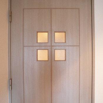 洋室へのドア素敵。(※写真は6階の反転間取り別部屋のものです)