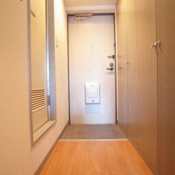 廊下には横長ーい収納。(※写真は6階の反転間取り別部屋のものです)