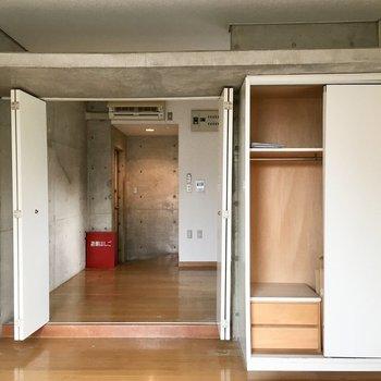 クローゼットは引き戸式で片側だけ開きます。天井スペースにも収納可能!※写真は前回募集時のものです