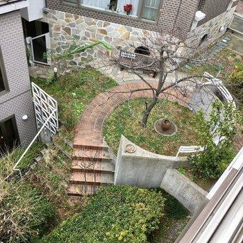 ちょっと下を向くとカントリー風の可愛いお庭も眺められます!※写真は前回募集時のものです