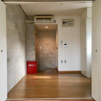 広いDKを洋室側から。エアコンはDK側にあるんです。※写真は前回募集時のものです