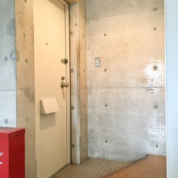 玄関は靴箱がありませんが壁側にシューズラックが置けそう。※写真は前回募集時のものです