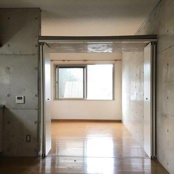 DKと洋室は大きく開く折戸で仕切れますが、上部が開いていて風が通ります。※写真は前回募集時のものです