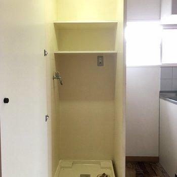 扉で隠せる洗濯機置き場。※床補修前、前回募集時のものです