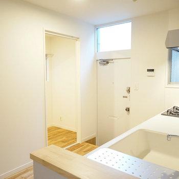 キッチン裏にはパントリースペースと勝手口があります。※写真は前回募集時のものです