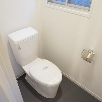 トイレは個室で窓付きです。※写真は前回募集時のものです