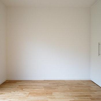 【約5.7帖】もう1つの居室は真っ白なクロス。※写真は前回募集時のものです