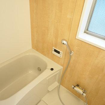 お風呂はうれしい追い焚き機能付き。こちらにも窓が…!※写真は前回募集時のものです