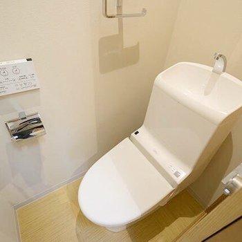 おトイレは最新式。