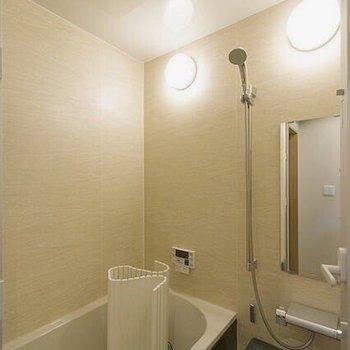 お風呂はライト2つ!明るいですね。