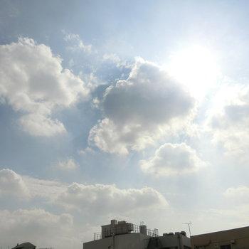 ルーフバルコニーから空を見上げる
