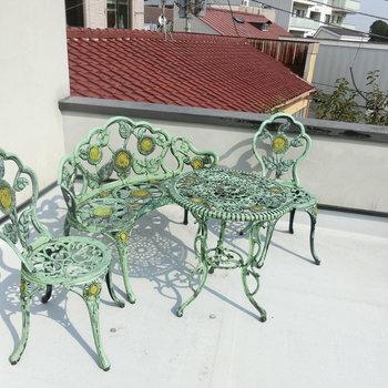 こちらは、ロフトの先にあったルーフバルコニー。青銅色の椅子とテーブル。