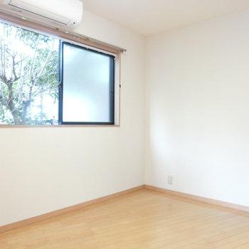 こちらは洋室。窓の外には緑が。
