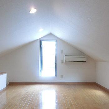 ロフトに上がってみました!! 窓とドアが。その先の空間は後ほど。