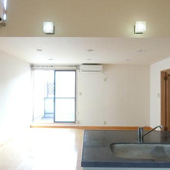 キッチン横からの眺め。2つの照明がいいですね!!