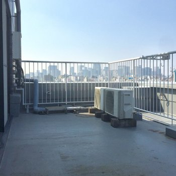 洋室につながるバルコニーは、まるでビルの屋上!