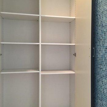 青いタイルがかわいい壁横にはちょっとした収納も!