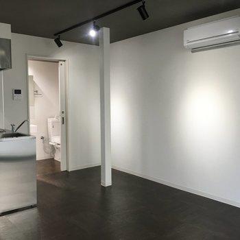 反対側の壁は真っ白