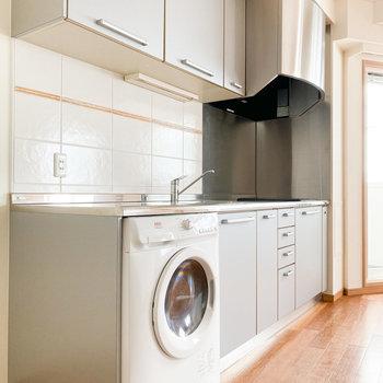 ドラム式の洗濯機があります※写真は通電前のものです
