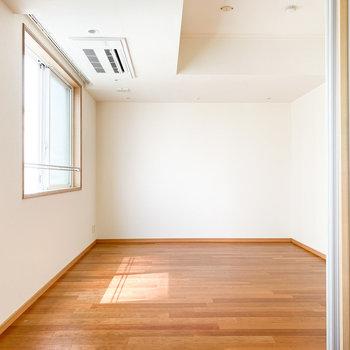 【洋室】ベッド以外にも家具を置ける広さです