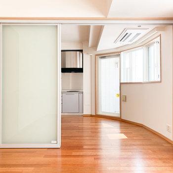 【洋室】引き戸を開けると繋がりを感じます