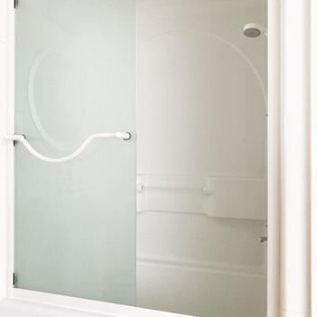 ガラス戸なので水が飛ぶ心配も減りますね※写真は通電前のものです