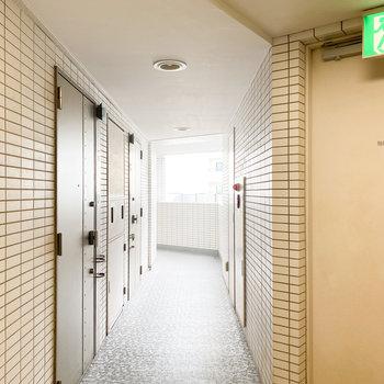 優しい光が差し込む共用廊下