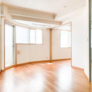 【LDK】カーブしているため、玄関から洋室が見えません