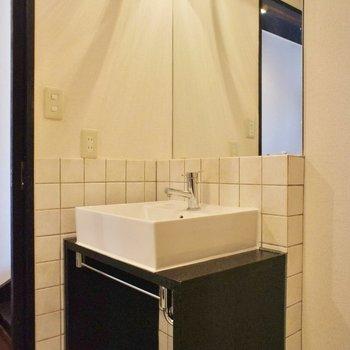 かっこいい洗面台。※写真は2階の同間取り別部屋