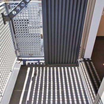 バルコニーはコンパクト。※写真は2階の同間取り別部屋