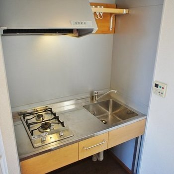 キッチンはコンパクトだけど良いデザイン。※写真は2階の同間取り別部屋