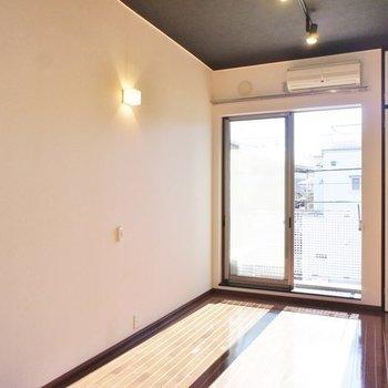 こっちにはお洒落な照明があります※写真は2階の同間取り別部屋