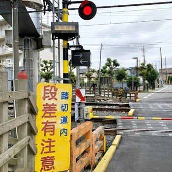 北初富駅へは、踏切を横断します。