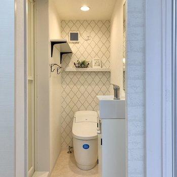 くるっと回れば脱衣所兼お手洗い。トイレは温水洗浄機能付きですよ。