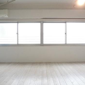 窓が大きくて光がたくさん入ってきます。