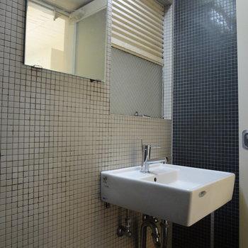 洗面台はタイル張りでオシャレ。
