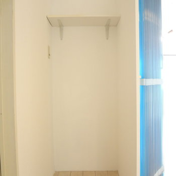 洗面所横には収納スペースが。