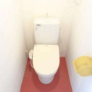 あら、トイレは赤なのね!