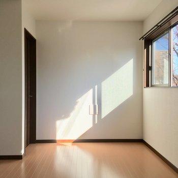 左にチラ見えしているのは・・・※写真は2階の別部屋