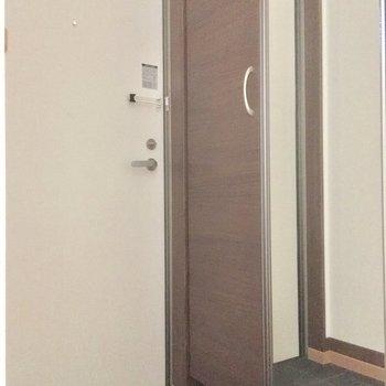 玄関はお部屋の真ん中にあります。※写真は2階の別部屋