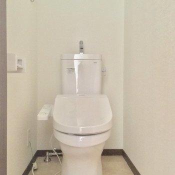 トイレはツヤピカの個室に!※写真は2階の別部屋