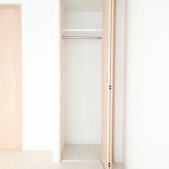 収納は丈の長いものも気兼ねなくしまえそうですね。※写真は1階の同間取り別部屋のものです。
