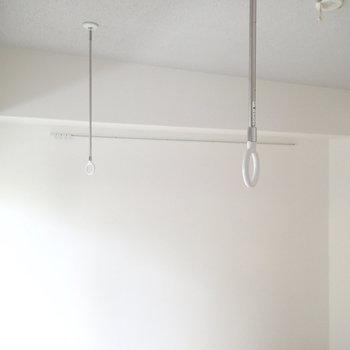お部屋にも洗濯物が干せるようになっています。※写真は1階の同間取り別部屋のものです。