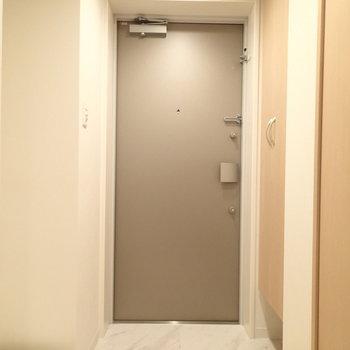 こちらは玄関。はいってすぐ右に洗濯機置場があります。※写真は1階の同間取り別部屋のものです。