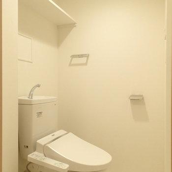 トイレは嬉しい温水洗浄機付き。※写真は1階の同間取り別部屋のものです。