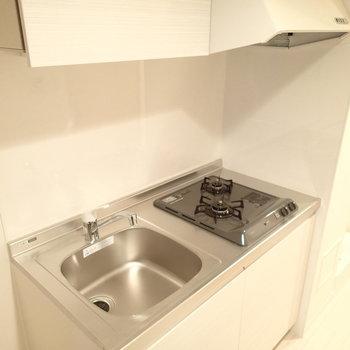 キッチンはコンパクトながら2口ありました。※写真は1階の同間取り別部屋のものです。