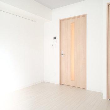 白を基調とした清潔感のある内装です。※写真は1階の同間取り別部屋のものです。